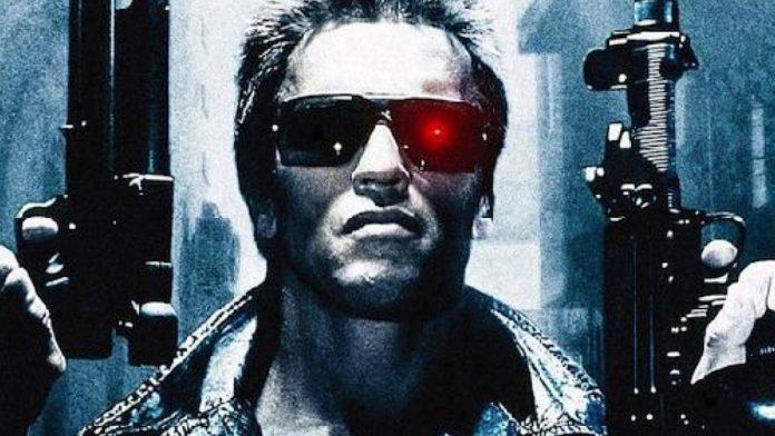 Le visage de Schwarzenegger avec deux pistolets dans Terminator