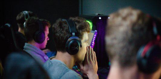Trois joueurs portant un casque audio lors d'une compétition eSportive
