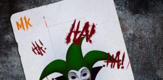 La carte du joker pour Mortal Kombat 11 avec la tête du clown au centre, les lettres HA HA HA écrites un peu partout et le logo MK de chaque côté