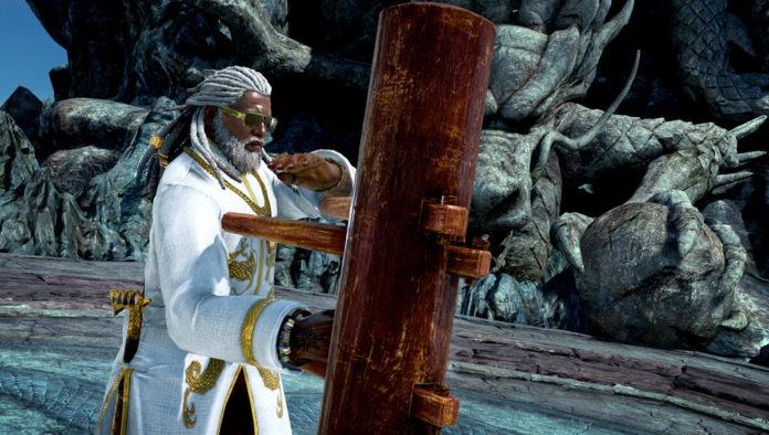 Le personnage de Tekken 7 Leroy en position d'attaque face à un poteau d'entraînement en bois