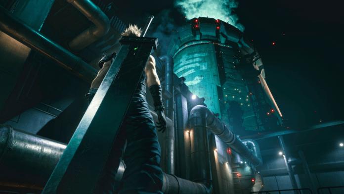 Le personnage de Final Fantasy VII Remake Cloud devant un réacteur Mako