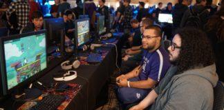 Deux joueurs assis manette en main devant un écran lors d'un tournoi de jeux de combat