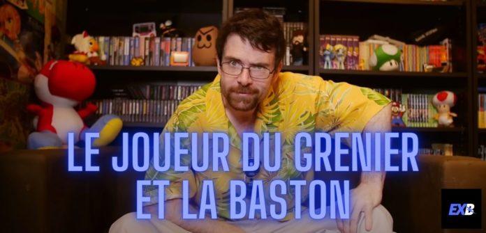 Le Joueur du Grenier alias JDG avec sa chemise jaune et assis sur son canapé