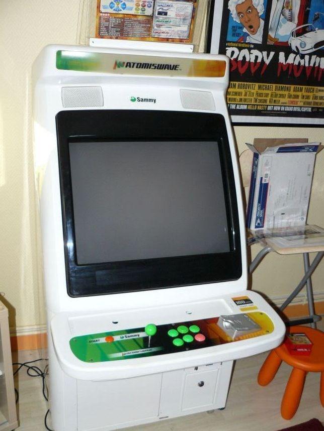 Une borne d'arcade Atomiswave blanche