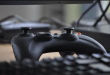 Une manette de console de jeux vidéo